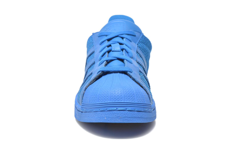 Baskets Adidas Originals Superstar Bleu vue portées chaussures