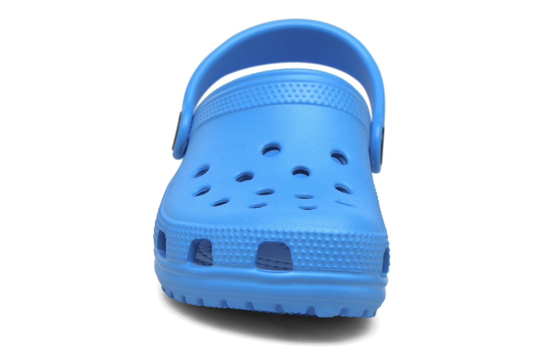 Sandales et nu-pieds Crocs Classic Kids Bleu vue portées chaussures