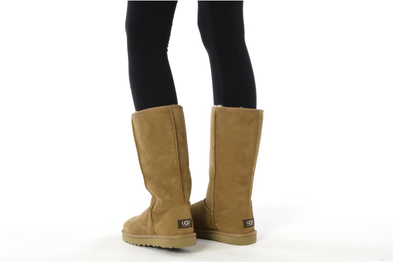 Bottines et boots UGG Classic Tall Beige vue bas / vue portée sac