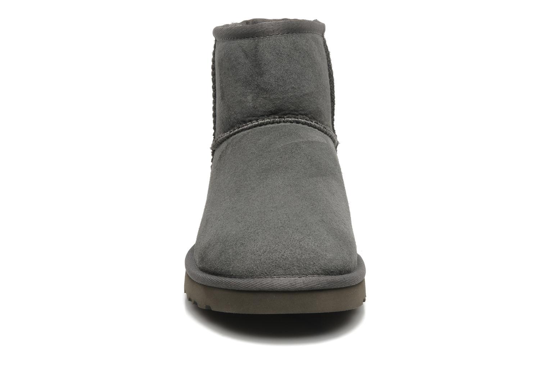 Bottines et boots UGG Classic Mini Gris vue portées chaussures