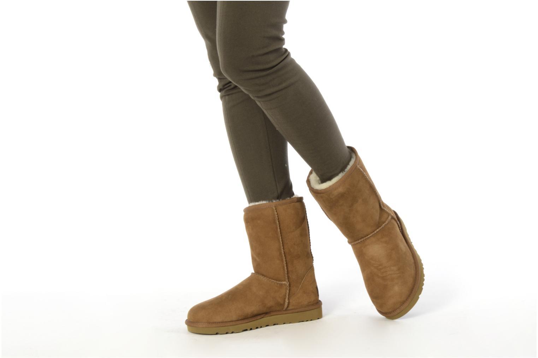 Bottines et boots UGG Classic Short Marron vue bas / vue portée sac
