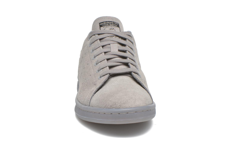Baskets Adidas Originals Stan Smith Gris vue portées chaussures