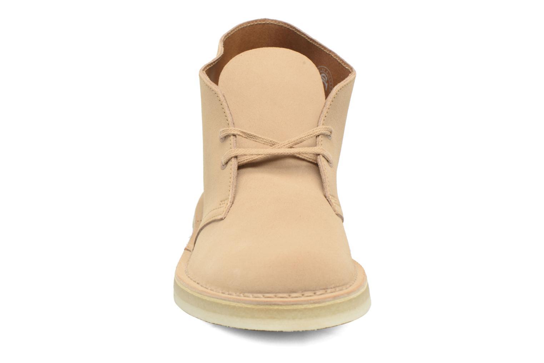 Chaussures à lacets Clarks Desert Boot M Beige vue portées chaussures