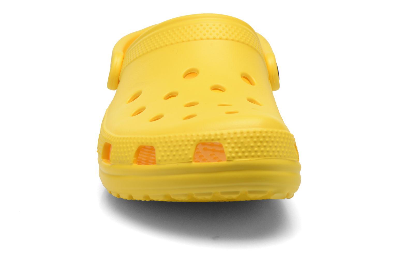Mules et sabots Crocs Classic F Jaune vue portées chaussures