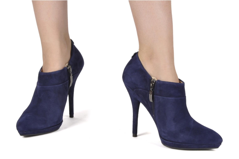 Bottines et boots Guess Petie Suede Bleu vue bas / vue portée sac