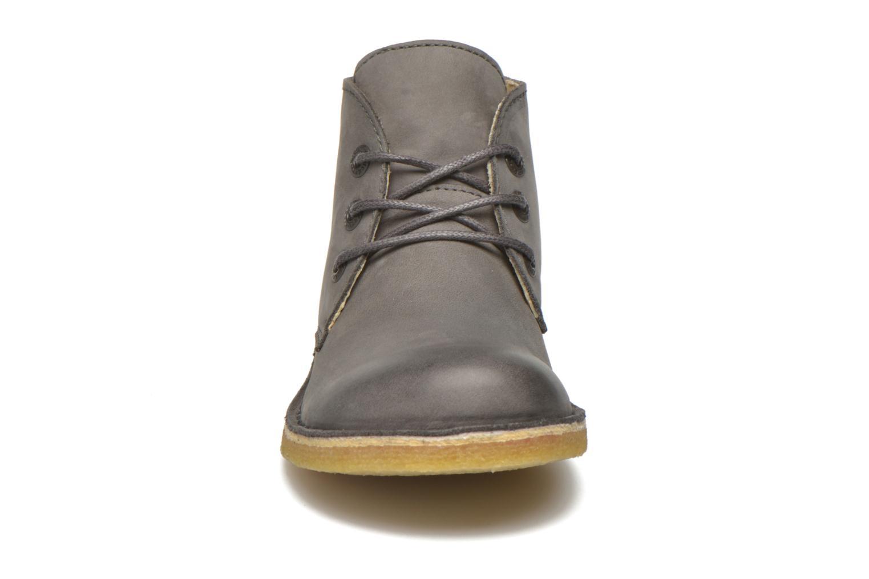 Zapatos con cordones Kickers Realkiz Gris vista del modelo