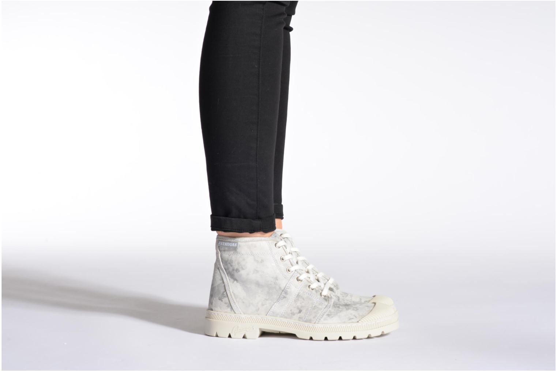 Sneaker Pataugas Authentique grau ansicht von unten / tasche getragen
