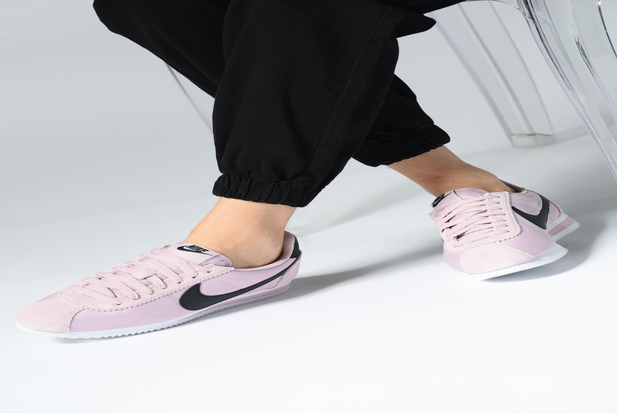 Sneaker Nike Wmns Classic Cortez Nylon weiß ansicht von unten / tasche getragen