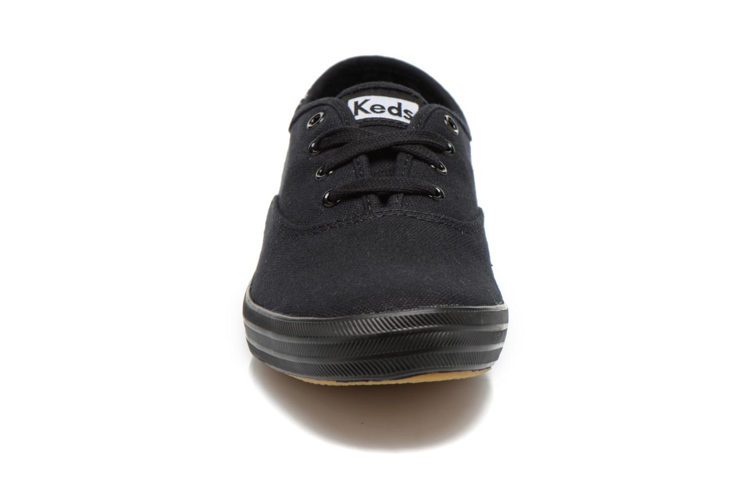 Sneakers Keds Champion Canvas Nero modello indossato