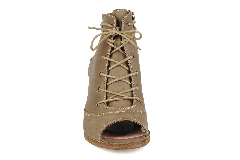 Sandali e scarpe aperte H by Hudson Henshaw Beige modello indossato