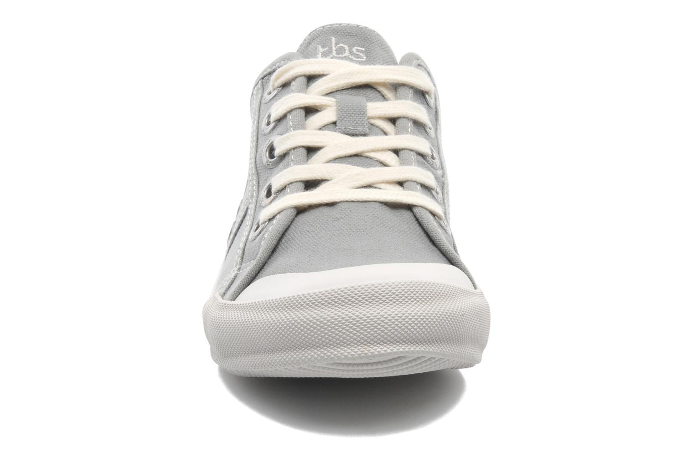 Sneakers TBS Opiace Grigio modello indossato