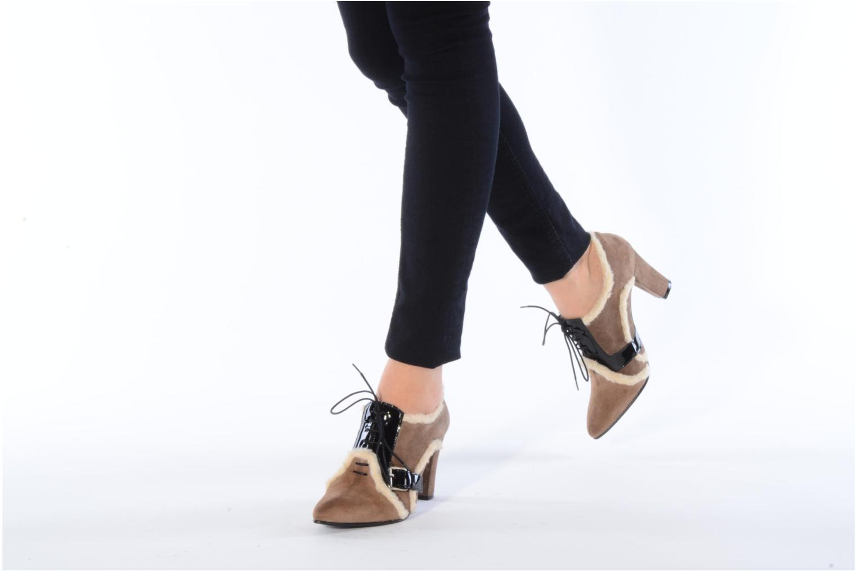 Schnürschuhe Charlotte Vanel Dandy braun ansicht von unten / tasche getragen
