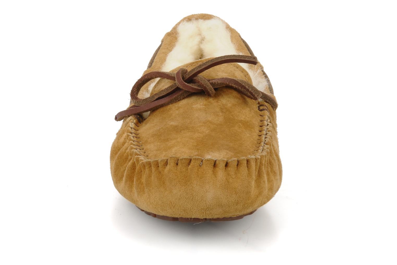 Mocassins UGG Dakota Beige vue portées chaussures