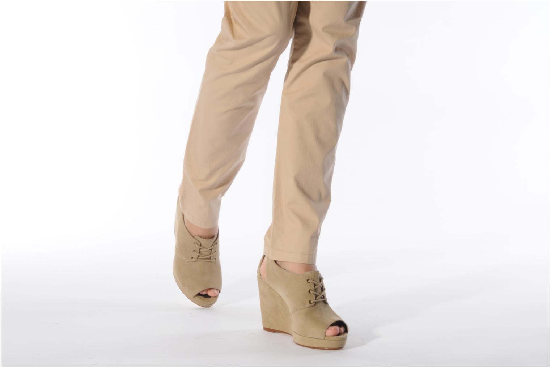 Schnürschuhe Tila March Wedge derby beige ansicht von unten / tasche getragen
