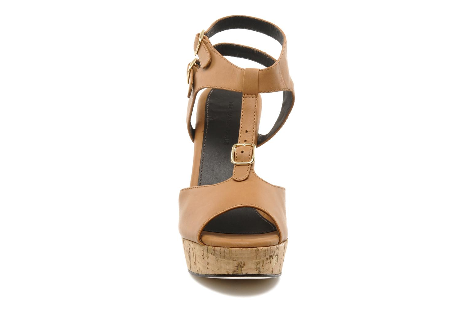 Sandalias Tila March Plateform sandal t-bar Marrón vista del modelo