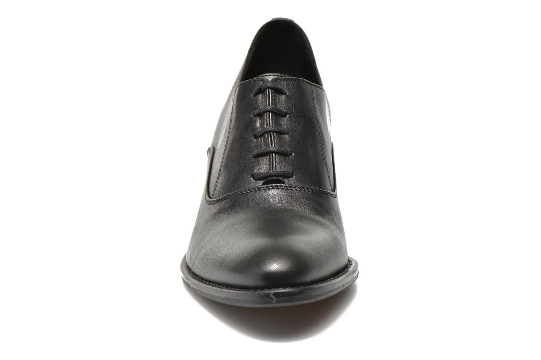 Snøresko Georgia Rose Daporo Sort se skoene på