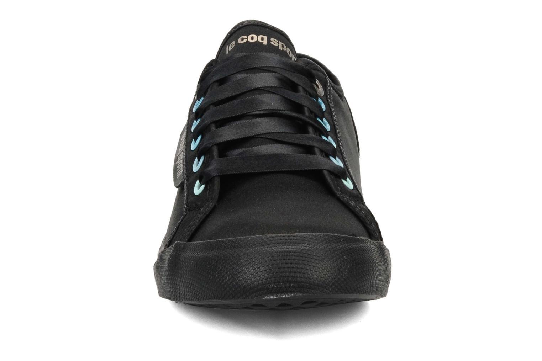 Sneakers Le Coq Sportif Deauville plus satin shaded W Nero modello indossato
