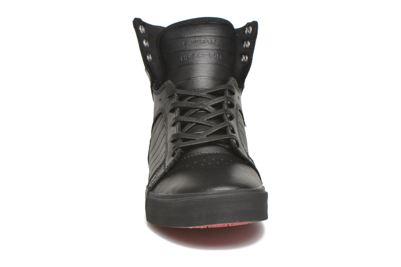 Sneakers Supra Skytop Nero modello indossato