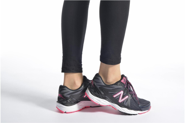 Chaussures de sport New Balance W680 Gris vue bas / vue portée sac