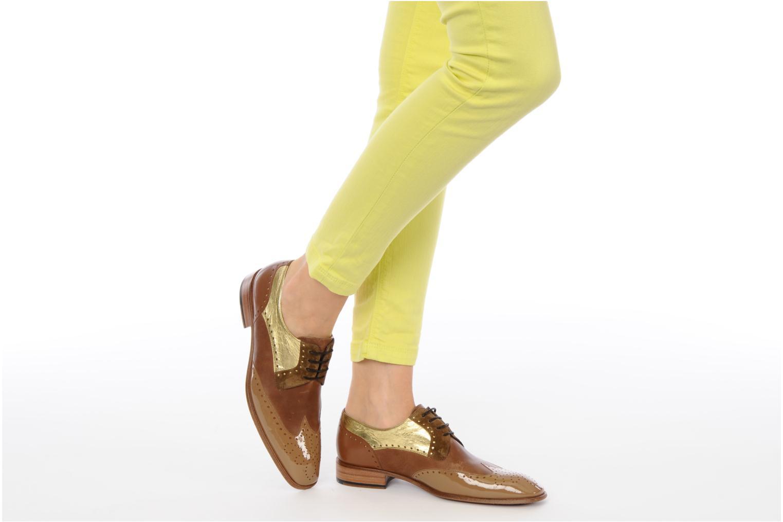 Chaussures à lacets Free Lance Totsy 4 derby perfo Marron vue bas / vue portée sac