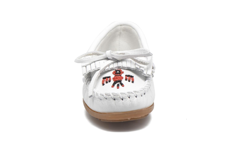 Mocassins Minnetonka THUNDERBIRD 2 Blanc vue portées chaussures
