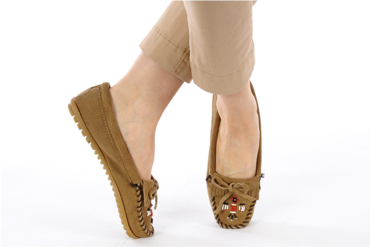 Loafers Minnetonka THUNDERBIRD 2 Beige view from underneath / model view
