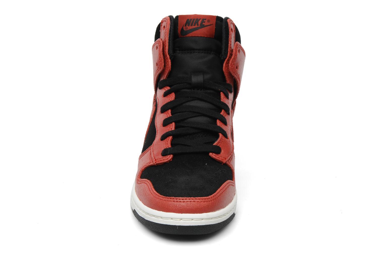 Deportivas Nike Dunk sky high Rojo vista del modelo