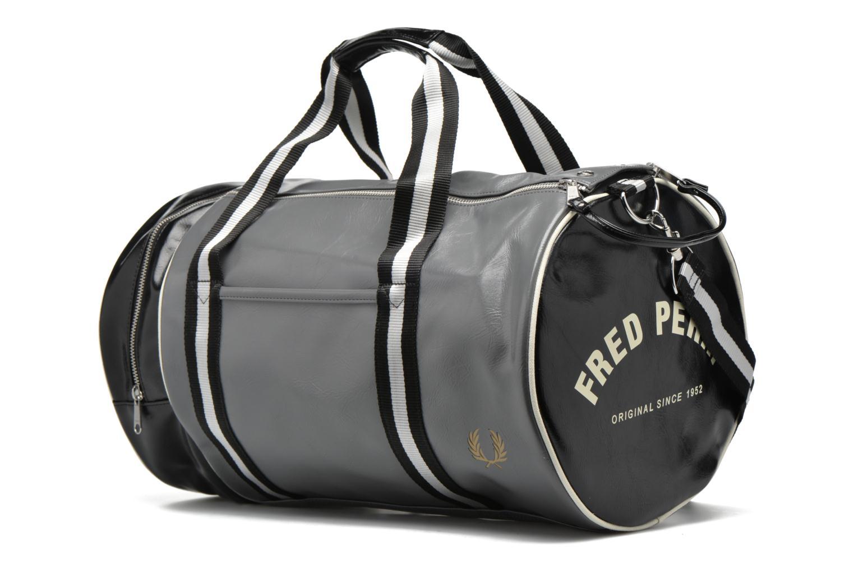 Sacs de sport Fred Perry Classic Barrel Bag Gris vue portées chaussures