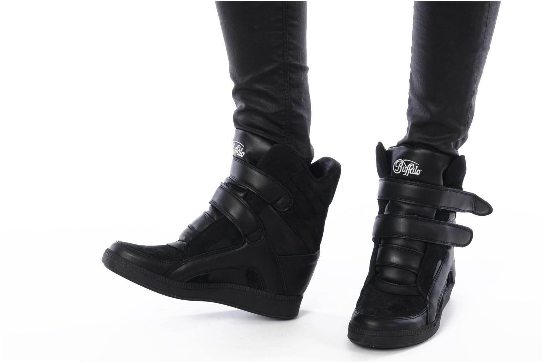 Sneaker Buffalo Saana schwarz ansicht von unten / tasche getragen