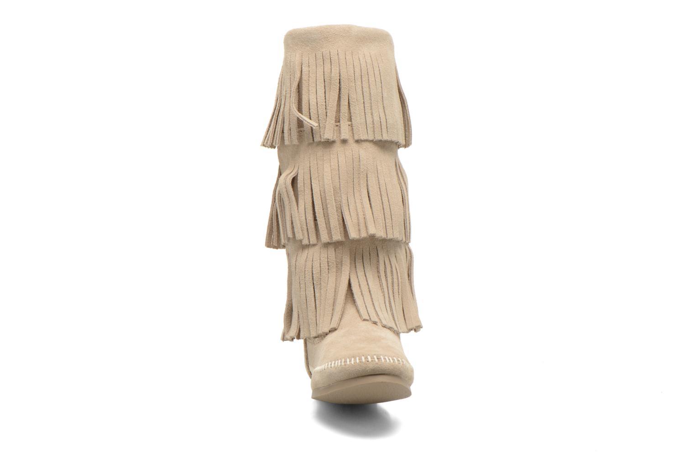 Stivaletti e tronchetti Minnetonka 3 LAYER FRINGE BOOT Beige modello indossato