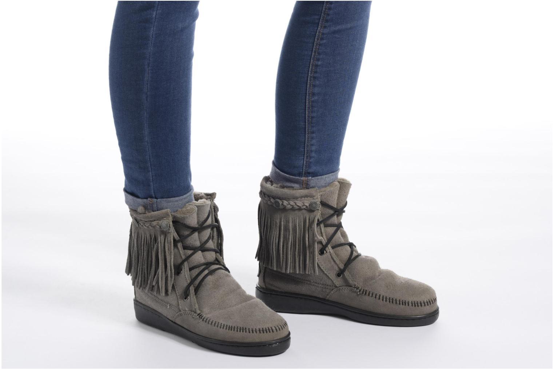 Bottines et boots Minnetonka SHEEPSKIN TRAMPER Marron vue bas / vue portée sac