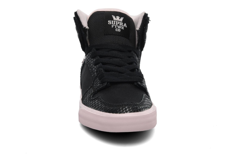 Sneaker Supra Vaider w schwarz schuhe getragen
