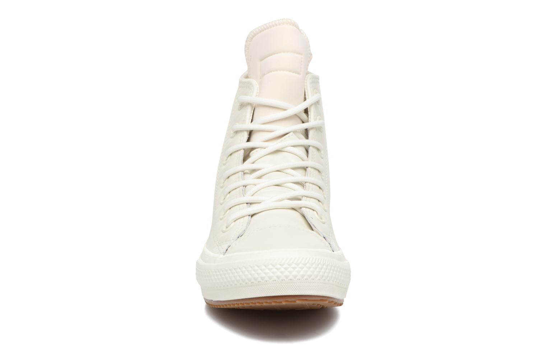 Sneakers Converse Chuck Taylor All Star Leather Hi W Beige modello indossato