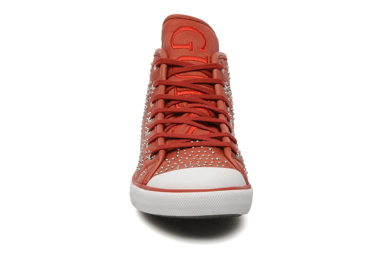 Sneakers Guess Heart Rosso modello indossato