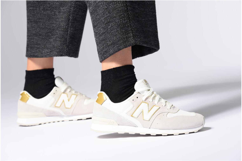 Sneaker New Balance WR996 lila ansicht von unten / tasche getragen