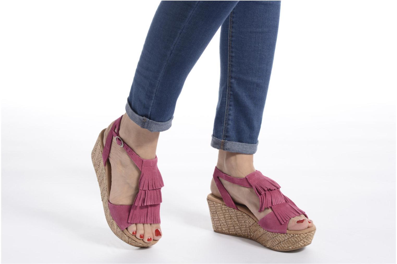 Sandalen Minnetonka Central rosa ansicht von unten / tasche getragen