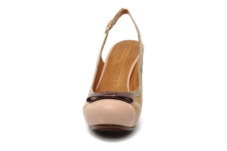 Zapatos de tacón Chie Mihara Becky Beige vista del modelo
