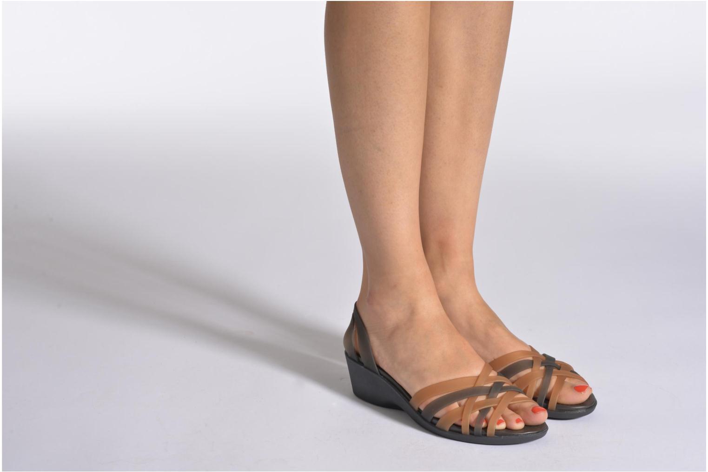 Sandalen Crocs Huarache Mini Wedge Women mehrfarbig ansicht von unten / tasche getragen