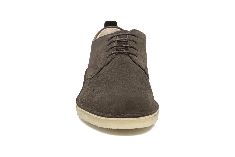 Chaussures à lacets Clarks Originals Desert London Gris vue portées chaussures