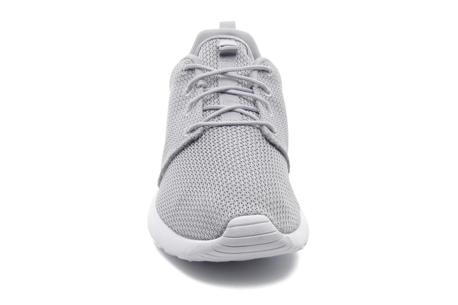 Baskets Nike Nike Roshe One Gris vue portées chaussures