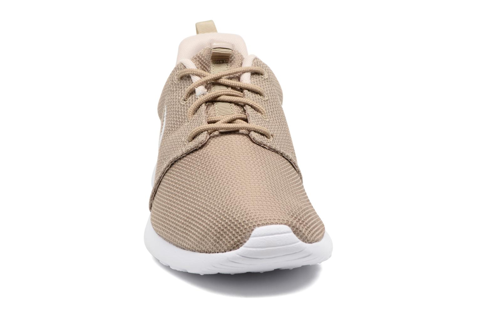 Baskets Nike Nike Roshe One Beige vue portées chaussures