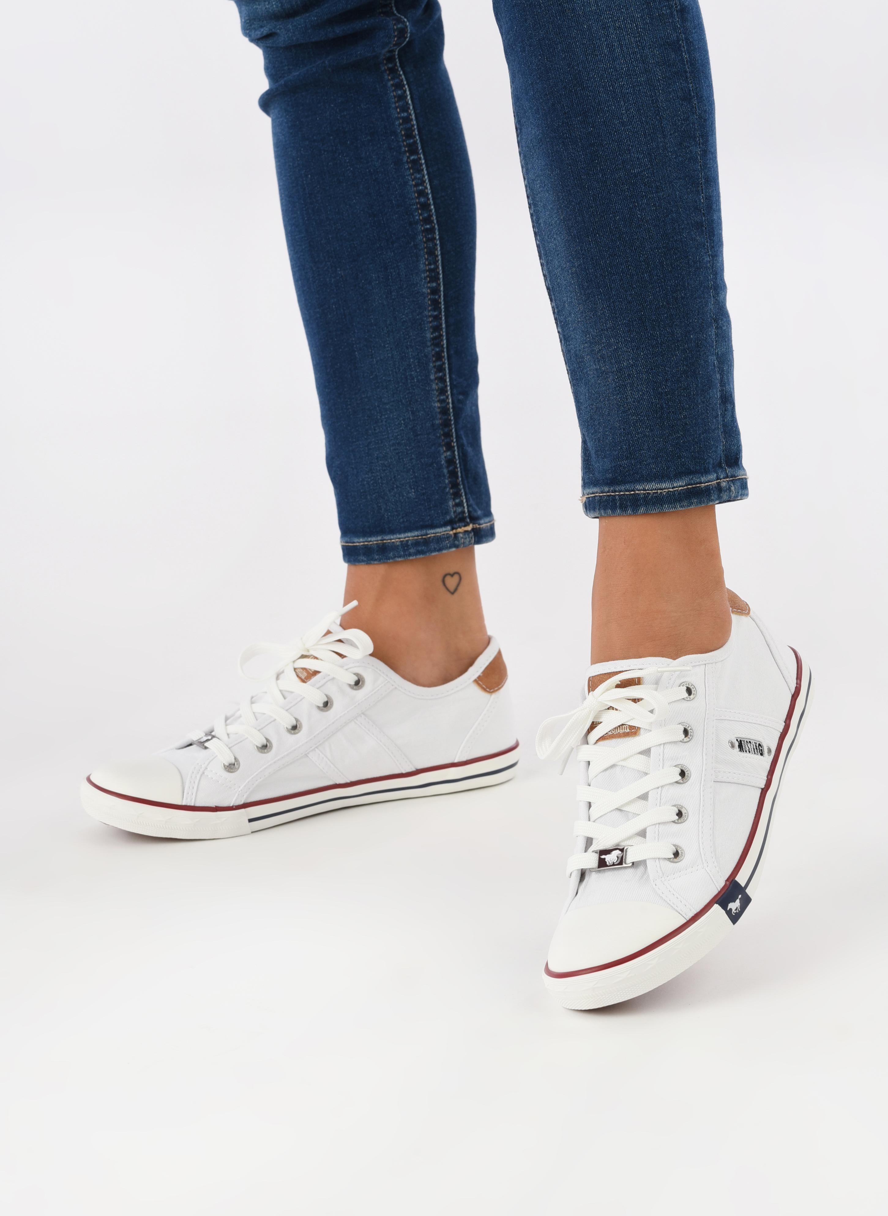 Sneaker Mustang shoes Pitaya weiß ansicht von unten / tasche getragen