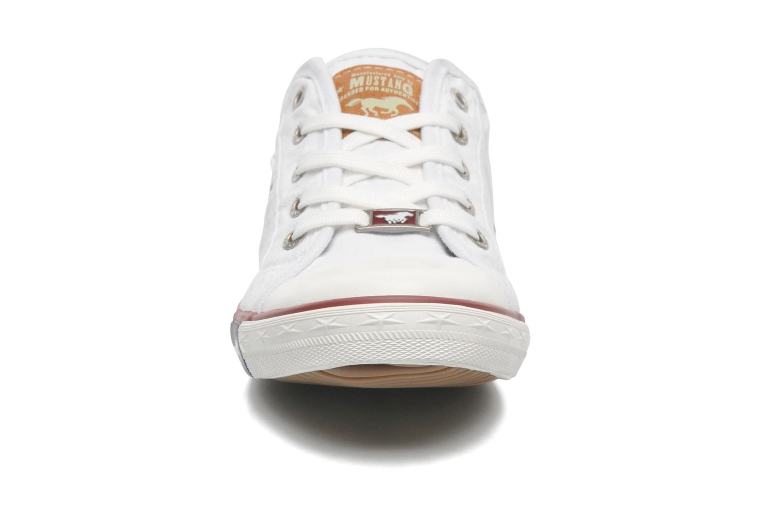Baskets Mustang shoes Pitaya Blanc vue portées chaussures