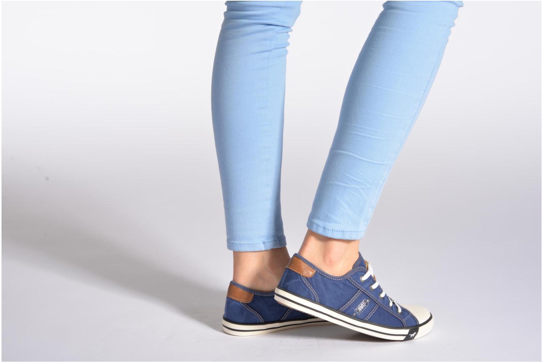 Sneaker Mustang shoes Pitaya blau ansicht von unten / tasche getragen