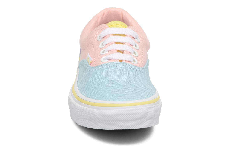 Sneakers Vans Era E Rosa modello indossato