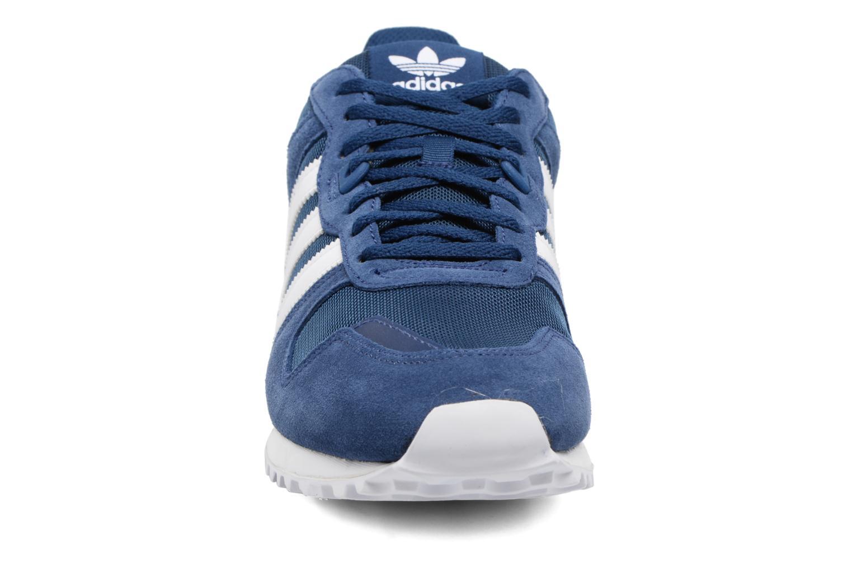 Baskets Adidas Originals Zx 700 Bleu vue portées chaussures
