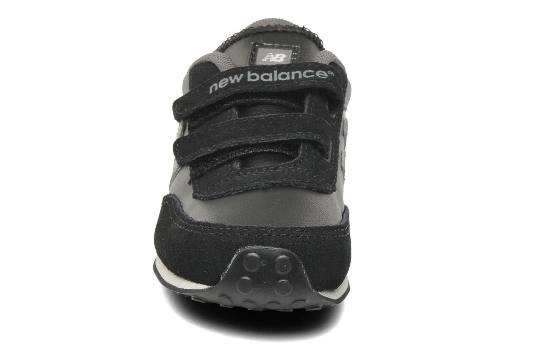 Baskets New Balance KE410BCI-M Noir vue portées chaussures