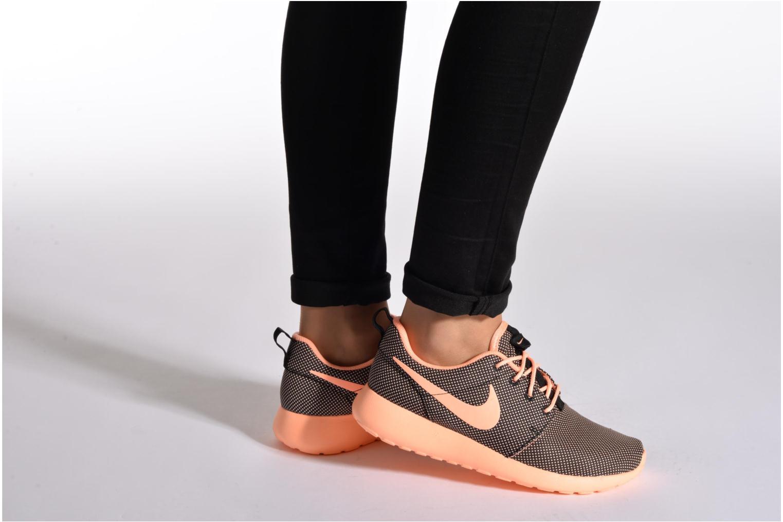 Sneaker Nike Wmns Nike Roshe One weiß ansicht von unten / tasche getragen