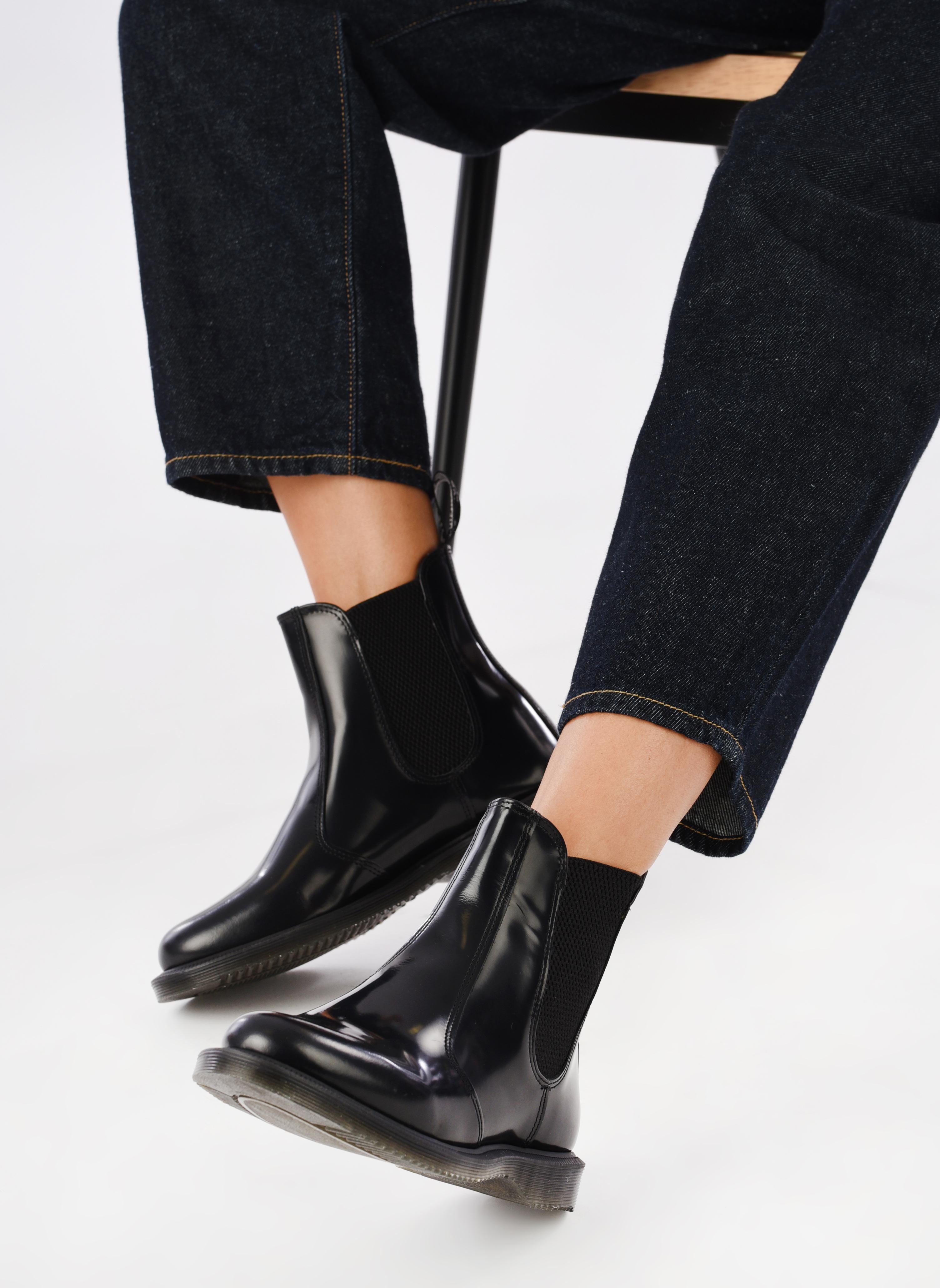 Stiefeletten & Boots Dr. Martens Flora schwarz ansicht von unten / tasche getragen