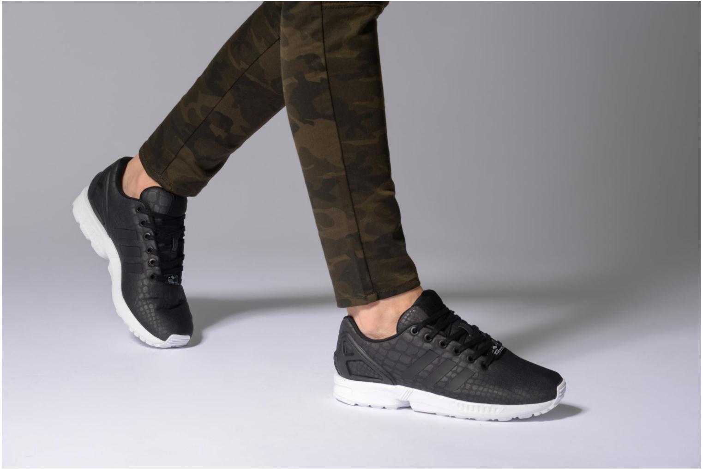 Sneaker Adidas Originals Zx Flux W grau ansicht von unten / tasche getragen